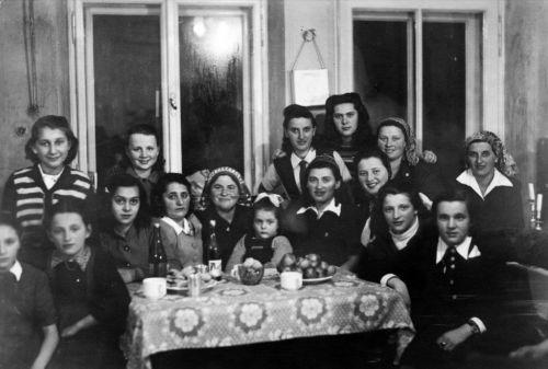 Edith Kimelman - KlingelYehudit(BackSecondFrLeft)DaughtersOfJacob1946Bad GasteinAustria