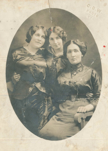 Fanya Cherniack (far left) and her sisters - in - law Sonia Orlikow and Rasha Froomkin, c. 1910 (JM 3956i)
